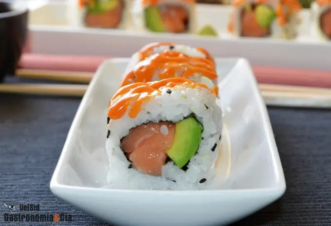 California roll de salmón con mayonesa picante
