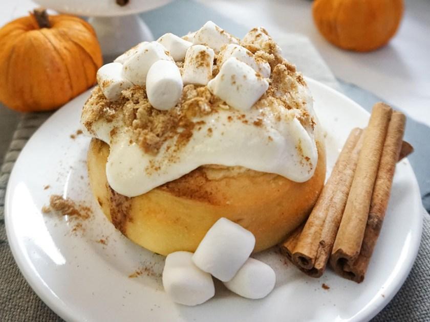 Cinnaholic - pumpkin spice cinnamon roll