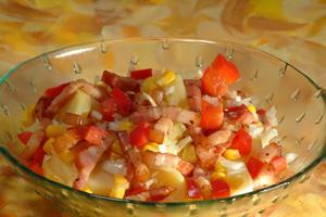salata de cartofi western intr-un bol de sticla
