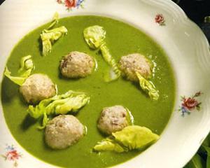 Supă de salată verde cu perişoare de pui