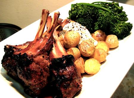 friptura din carne de miel -preparatul final intr-un platou cu brocoli si cartofi copti