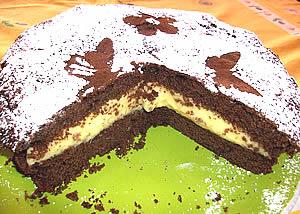 Tort de ciocolată cu cremă Bailey's aranjat pe un platou verde
