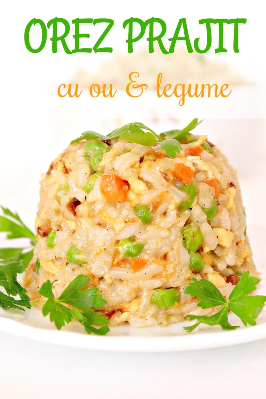 Orez prajit, cu ou si legume in farfurie alba