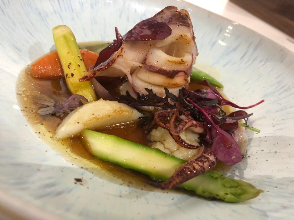Calamar de potera con verduritas salteadas, mantequilla de bacon y sopa dashi.