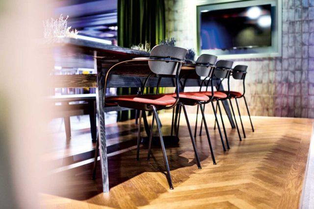 Sharing Economy In der Tagesbar des neuen Jaz-Hotels lädt der Gemeinschaftstisch für langes Sitzen und ausgiebiges Genießen ein.