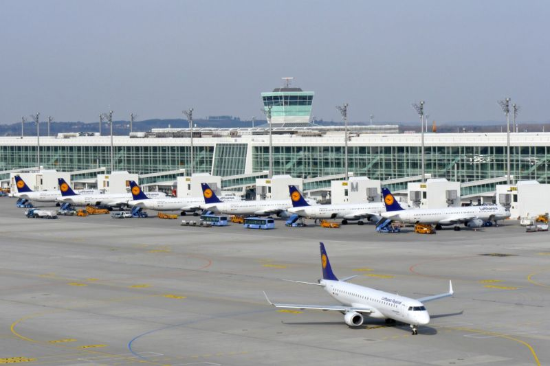 Line-up am Bau des Satelliten (c) Munich Airport