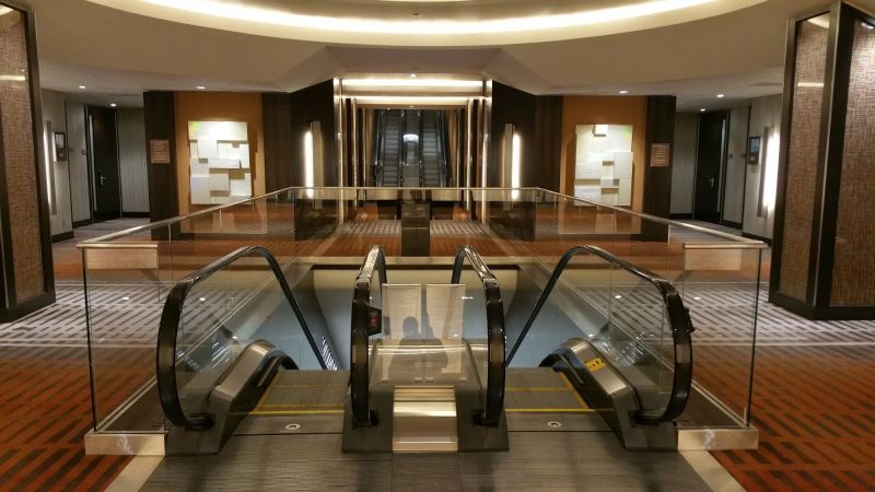 Escalators to more Meeting Rooms downstairs