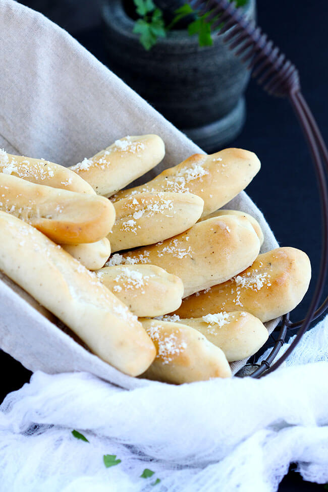 Soft Italian Breadsticks – These soft homemade bread sticks are SO easy to make . Topped with a cheese and herb mixture, the perfect addition to the bread basket at the dinner table. Bake up in 20 minutes,