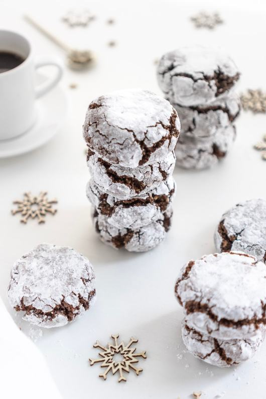 The perfect homemade cookies for Christmas! These irresistible vegan, gluten-free chocolate amaretti are super easy to make and taste delicious!