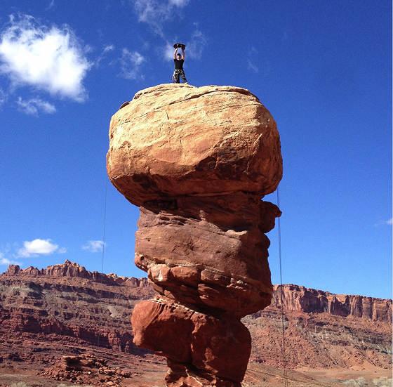 Millie celebrando uma escalada de sucesso ao Devil's Golf Ball em Moab.