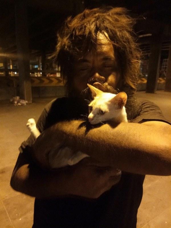 homem vende limoes gatos abandonados morador de rua 2