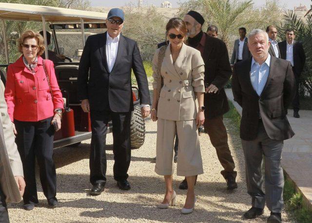 conjunto de lino de inspiración safari compuesto por un traje de lino de chaqueta y bermudas tipo'palazzo'