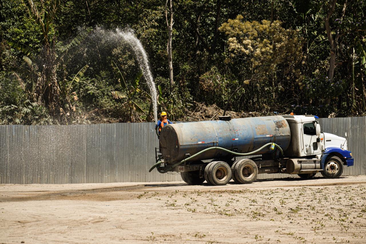 Muchas comunidades en el país han denunciado la falta de agua durante el primer año de gobierno del presidente Bukele. Las empresas constructoras siempre cuentan con este recursos, para sacar adelante sus obras. Foto/Emerson Flores