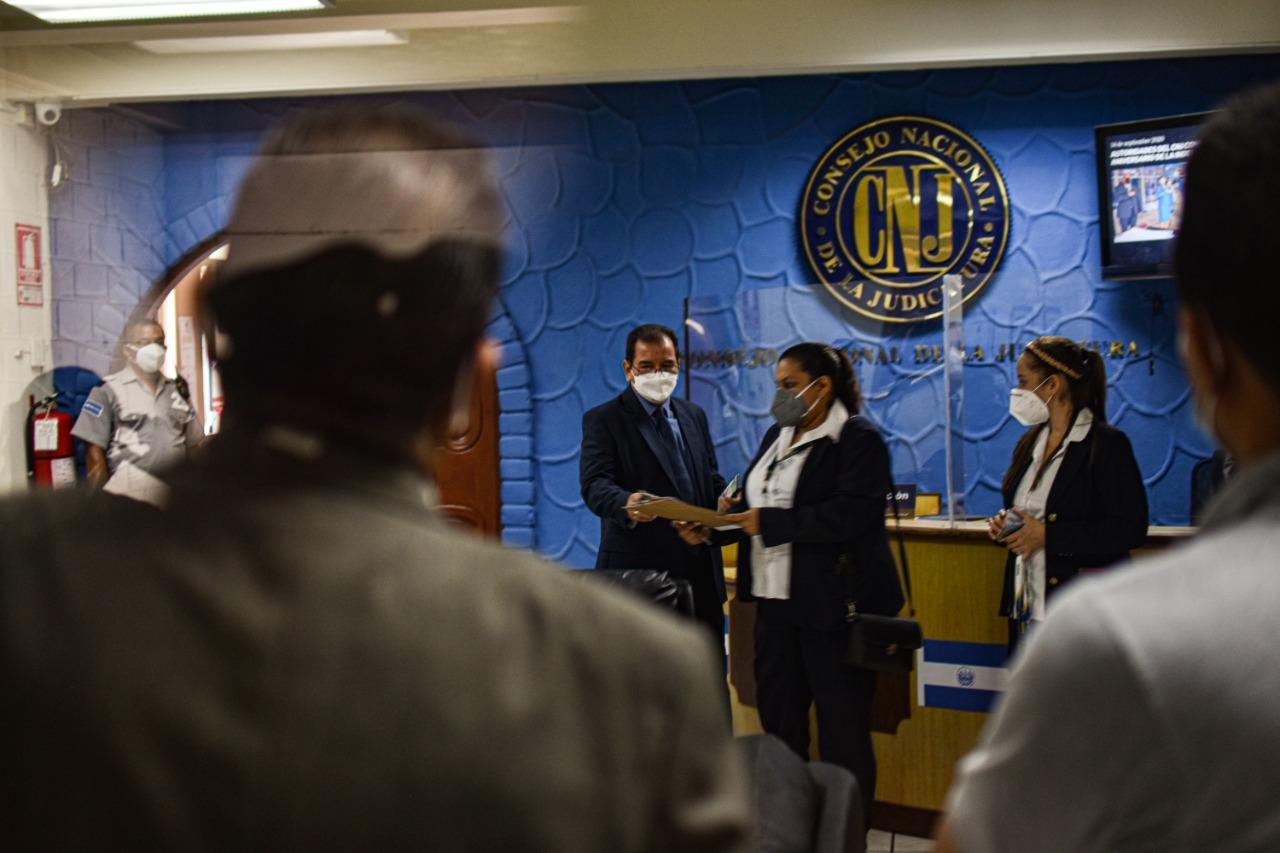 La secretaría del Juzgado de Instrucción de San Francisco Gotera lee el acta que se levantó ante la negativa del Ejército de cumplir con la orden de inspección. Foto/Emerson Flores