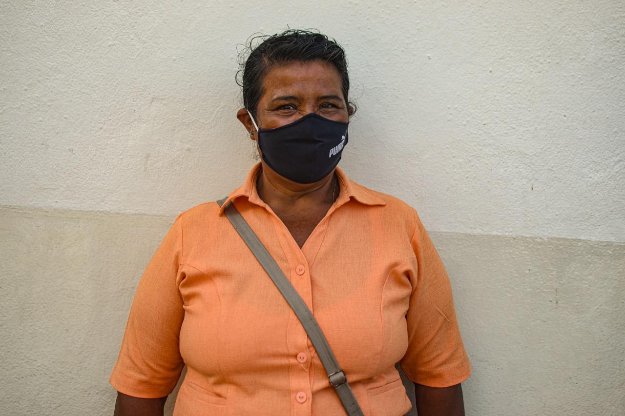 """Delmy Yaneth Jiménez Chávez, 59 años.  Vive en Escuintla desde 1997. Es una de las mujeres que ha seguido el proceso desde que comenzó en 2013: """"Es importante porque son de nosotros las tierras"""". Foto/Emerson Flores"""