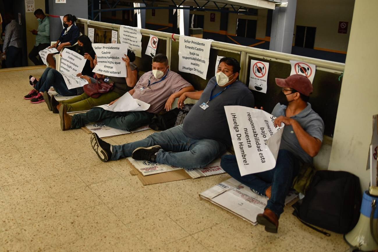 Empleados de la Asamblea en huelga de hambre por el cese de contratos. Foto/Emerson Flores.