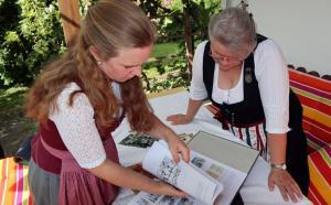 Dorothea Niedermaier (links) und Brigitte Kiemer blättern in der vorläufigen Chronik. stache/re © stache/re
