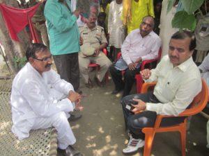 बाढ़ पीढ़ितों से वार्ता करते विधायक ओमकार सिंह यादव और डीएम।