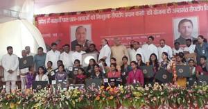 लखनऊ विश्व विद्यालय में लैपटाप पाने वाले छात्र-छात्राओं के साथ मुख्यमंत्री अखिलेश यादव।