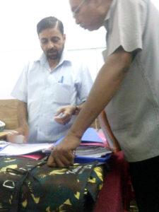 सीडीओ कार्यालय से संबद्ध अपने विशेष कार्यालय में साथी बाबू को निर्देश देता फहीम अहमद रिजवी