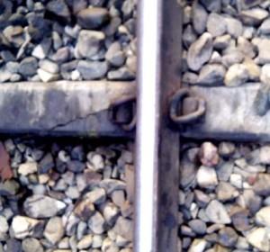 परसाखेड़ा स्टेशन के पास टूटे पत्थर पर रखी पटरी