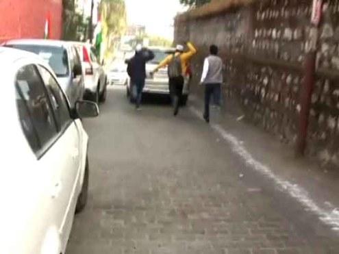 ऋषिकेश में आम आदमी पार्टी के नेता संजय सिंह और आशुतोष की गाड़ी का पीछा करते विरोध करने वाले तेजस्वी पार्टी के कार्यकर्ता
