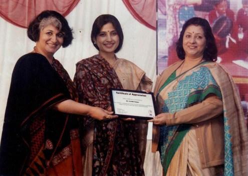 आकांक्षा समिति की सदस्य को सम्मानित करती सांसद डिंपल यादव
