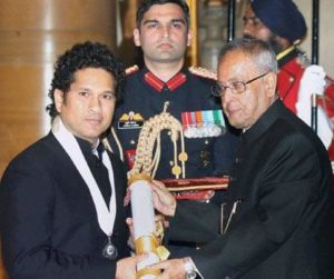राष्ट्रपति प्रणब मुखर्जी से सम्मान प्राप्त करते सचिन रमेश तेंदुलकर