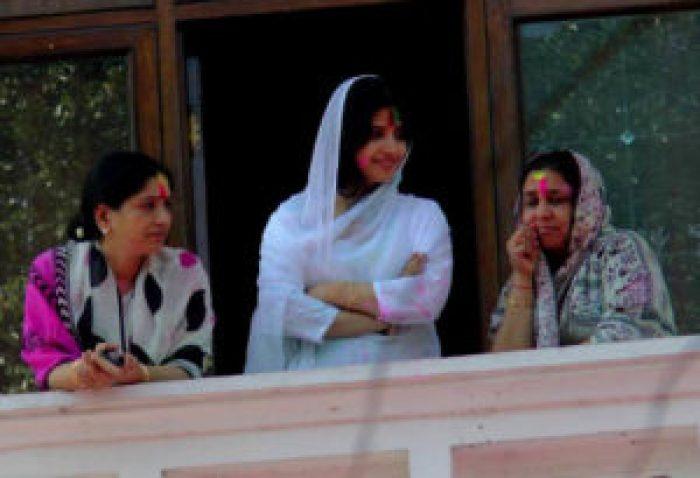 सैफई में परिवार की अन्य महिलाओं के साथ छत से नीचे निहारतीं सांसद डिंपल यादव