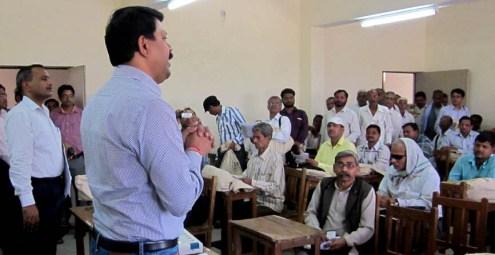 राजकीय डिग्री कॉलेज में सीडीओ उदय राज सिंह की उपस्थिति में पीठासीन अफसरों को ट्रेनिंग देते ट्रेनर