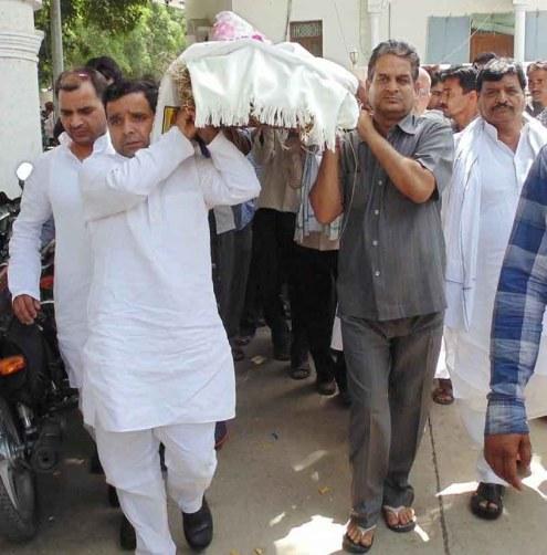 रतन सिंह यादव की शव यात्रा में शामिल शोक ग्रस्त परिजन