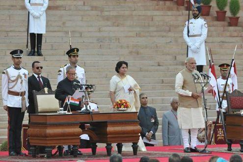 पन्द्रहवें प्रधानमंत्री के रूप में नरेंद्र मोदी को शपथ दिलाते राष्ट्रपति प्रणब मुखर्जी