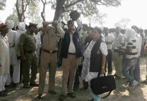 घटना स्थल पर जांच करती डीआईजी आरकेएस राठौर के साथ पहुंची एक्सपर्ट टीम