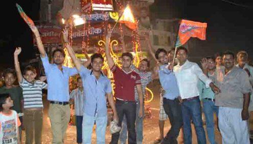 भाजपा की सरकार बनने पर बदायूं के लाबेला चौराहे पर ख़ुशी का इजहार करते युवा