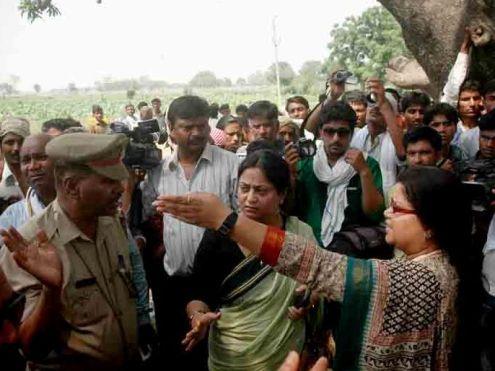 बदायूं के कटरा सादात गंज में घटना के बारे में जानकारी लेती राष्ट्रीय महिला आयोग की टीम
