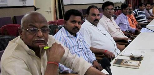 कलेक्ट्रेट स्थित बैठक में मौजूद प्रत्याशियों के प्रतिनिधि