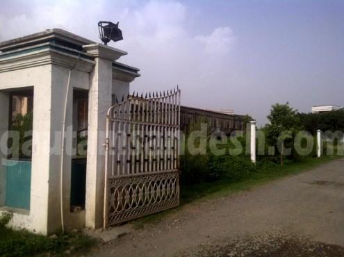 कृष्णा पार्क का गेट और रास्ते के सहारे नज़र आ रही कॉलेज की बेची गई जमीन