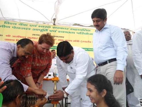 """ग्रामीण पेयजल आपूर्ति एवं स्वच्छता परियोजना का राज्य स्तरीय शुभारंभ करते ग्राम्य विकास राज्य मंत्री (स्वतंत्र प्रभार) अरविन्द सिंह """"गोप"""" और अधिकारीगण"""