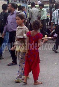रोडवेज बस अड्डे पर भीख मांगती बच्चियां।