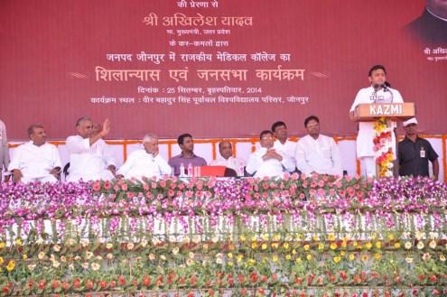 जनपद जौनपुर के वीर बहादुर सिंह पूर्वांचल विश्वविद्यालय परिसर में आयोजित एक कार्यक्रम में बोलते मुख्यमंत्री अखिलेश यादव।