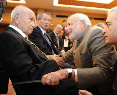जापान में नेता जी सुभाषचन्द्र बोस के साथी रहे 99 वर्षीय साईचिरो मिसुमी से मिलते भारत के प्रधानमन्त्री नरेंद्र मोदी।