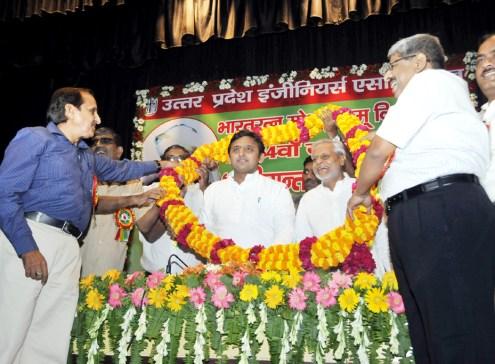 भारत रत्न मोक्षगुण्डम् विश्वेश्वरैया के 154वें जन्म दिवस पर मुख्यमंत्री अखिलेश यादव का माल्यार्पण कर स्वागत करते उत्तर प्रदेश इंजीनियर्स एसोसिएशन के पदाधिकारी।