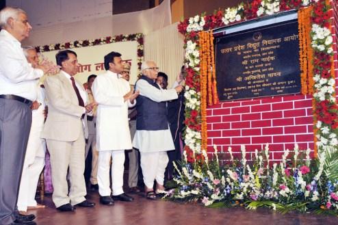 लखनऊ में उत्तर प्रदेश विद्युत नियामक आयोग के भवन का शिलान्यास करते राज्यपाल राम नाइक व मुख्यमंत्री अखिलेश यादव ने की।