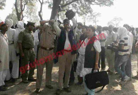 कटरा सआदतगंज में घटना स्थल से नमूने लेती पुलिस की स्पेशल टीम।