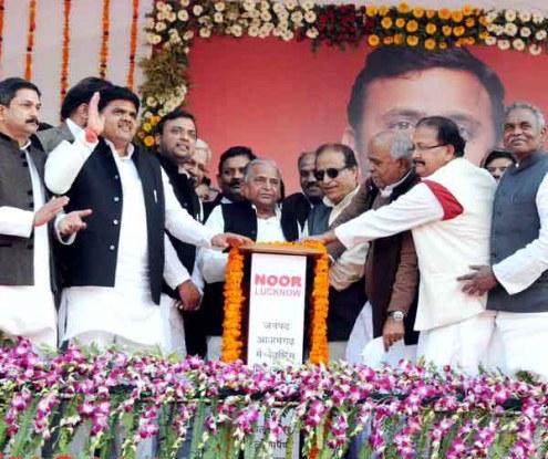 आजमगढ़ में 1983 करोड़ की परियोजनाओं का बटन दबाकर लोकार्पण और शिलान्यास करते सपा सुप्रीमो मुलायम सिंह यादव।