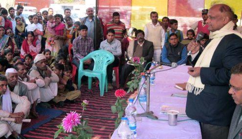 सांसद आदर्श ग्राम योजनान्तर्गत बदायूं के सांसद धर्मेन्द्र यादव द्वारा गोद लिए गए ग्राम जरीफनगर दुर्गपुर में उपस्थित लोगों को संबोधित करते जिलाधिकारी शम्भूनाथ।