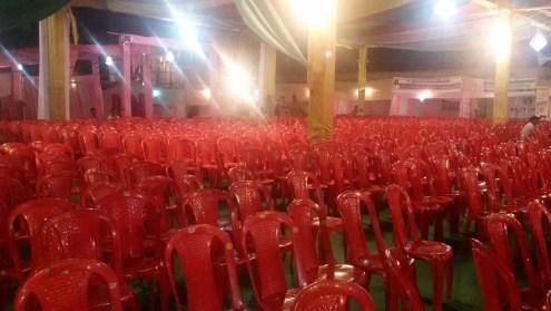 महोत्सव के पंडाल में खाली नजर आतीं अधिकांश कुर्सियां।