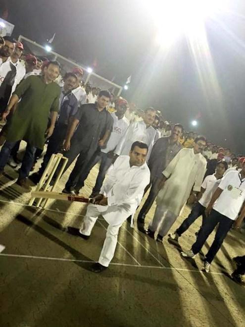 झांसी में आईजीसीएल का बल्लेबाजी कर शुभारंभ करते सपा सांसद धर्मेन्द्र यादव।