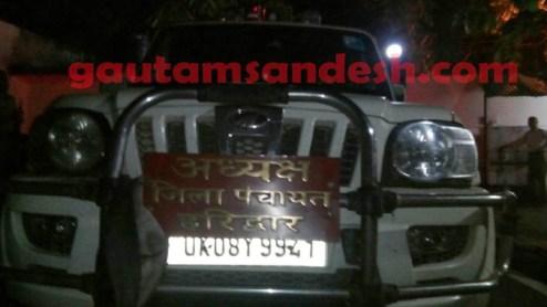 बरेली पुलिस द्वारा पकड़ी गई गाड़ी, जिस पर लिखा है जिला पंचायत अध्यक्ष हरिद्वार।
