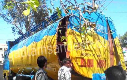 उझानी कोतवाली पुलिस द्वारा पकड़ा गया टैंकर।